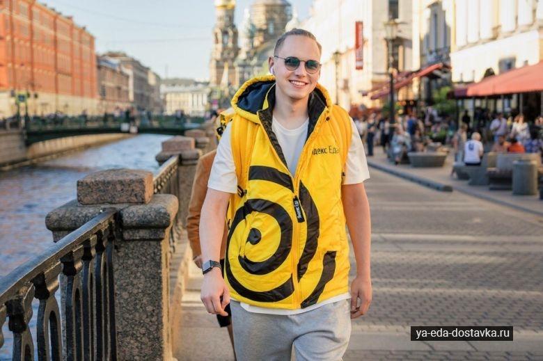 Довольный сотрудник в Яндекс Еды